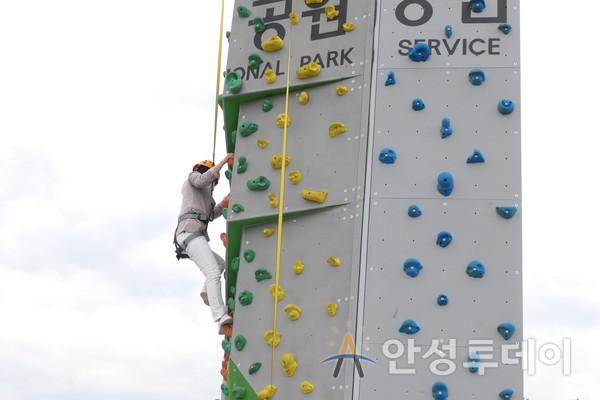 김보라 시장이 인공암벽 체험하고 있다.